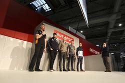 Gordon Shedden, Matt Neal, Andrew Jordan, Colin Turkington et Ashley Sutton parlent à Henry Hope-Frost sur la scène Autosport