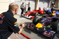 Adrian Newey, directeur technique Red Bull Racing, observe la Red Bull RB5 Renault et la Ferrari F10