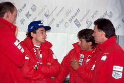 Ayrton Senna, McLaren habla con sus ingenieros y con Michael Andretti, McLaren.