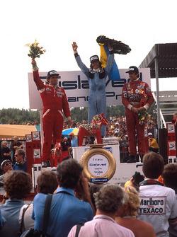 Podio: il vincitore della gara Jacques Laffite, Ligier, il secondo classificato Jochen Mass, McLaren, il terz classificato Carlos Reutemann, Ferrari