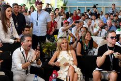 Kylie Minogue regarde la course