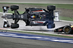 L'incidente tra Esteban Gutierrez, Sauber e Pastor Maldonado, Lotus F1 Team, in curva 1
