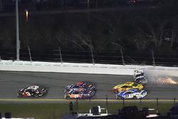 Austin Dillon, Richard Childress Racing Chevrolet Camaro mène alors qu'Aric Almirola, Stewart-Haas Racing Ford Fusion se crashe