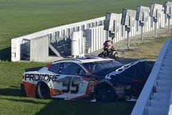 Kasey Kahne, Leavine Family Racing Chevrolet Camaro, después del choque