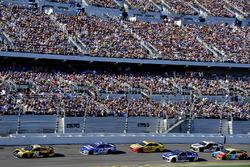 Erik Jones, Joe Gibbs Racing Toyota aan de leiding