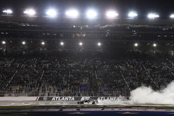 Kevin Harvick, Stewart-Haas Racing, Jimmy John's Ford Fusion, hace donas después de ganar