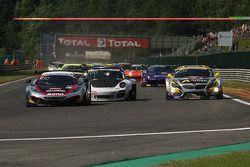 primeira volta; #107 Hexis Racing McLaren MP4-12C: Olivier Panis, Laurent Cazenave, Eric Debard, Côm