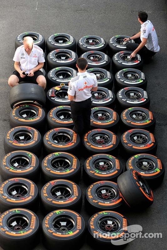 McLaren Mercedes mecânicos, pneus Pirelli