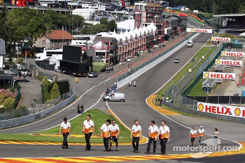 Adrian Sutil, Sahara Force India F1 loopt op het circuit met het team.