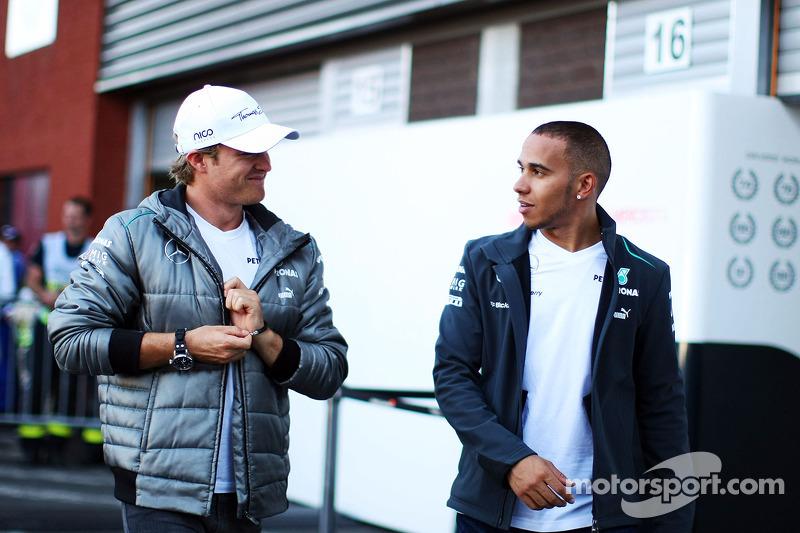 (L naar R): Nico Rosberg, Mercedes AMG F1 met teamgenoot Lewis Hamilton, Mercedes AMG F1