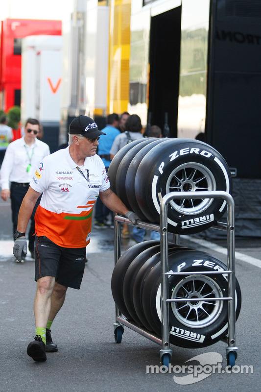 Sahara Force India F1 Team monteur met Pirelli-banden