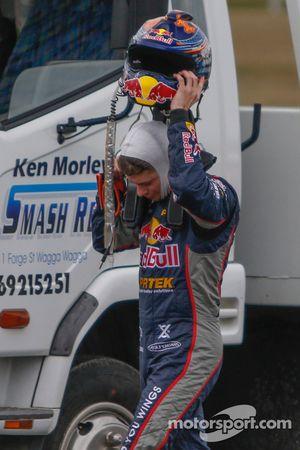 El ex campeón de MotoGP, Casey Stoner se quita el casco después del choque