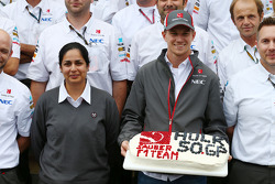 Nico Hulkenberg, Sauber comemora his 50th GP com Monisha Kaltenborn, chefe da equipe Sauber e the te