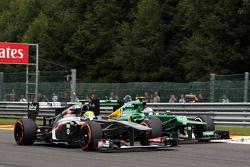 Bataille entre Esteban Gutiérrez (Sauber) et Giedo van der Garde (Caterham)