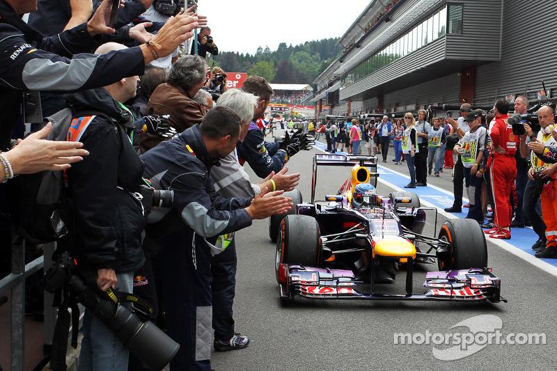 Yarış galibi Sebastian Vettel, Red Bull Racing enters parc ferme