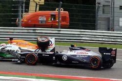 Pastor Maldonado, Williams y Paul di Resta, Sahara Force India chocan durante la carrera