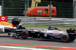 Pastor Maldonado, Williams and Paul di Resta, Sahara Force India collide in the race