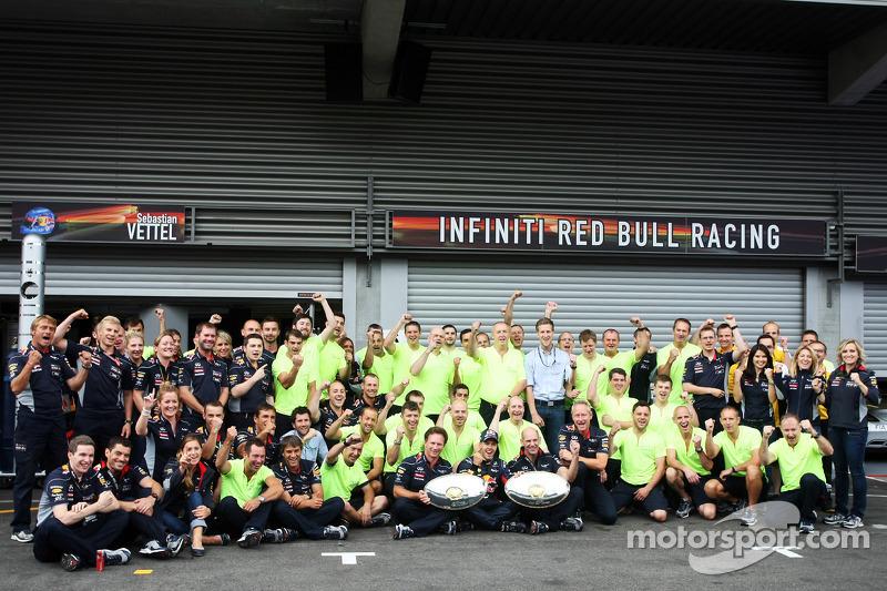 Yarış galibi Sebastian Vettel, Red Bull Racing kutlama yapıyor takım ile