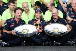 Sebastian Vettel, Adrian Newey, Christian Horner et l'équipe Red Bull