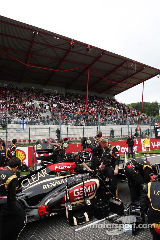 Kimi Raikkonen, Lotus F1 no grid com o protesto do Greenpeace contra a corrida e o patrocinador Shel