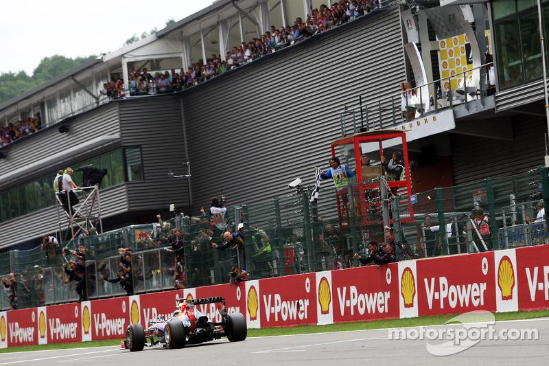 Yarış galibi Sebastian Vettel, Red Bull Racing takes chequered flag, end, race