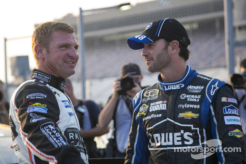 Clint Bowyer, Michael Waltrip Racing Toyota en Jimmie Johnson, Hendrick Motorsports Chevrolet