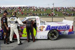 Ty Dillon conversa com Chase Elliott após a corrida