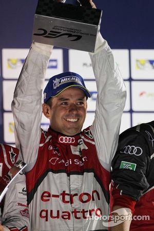 Racewinnaar Benoit Treluyer, Audi Sport Team Joest, Audi R18 e-tron quattro, viert het resultaat op