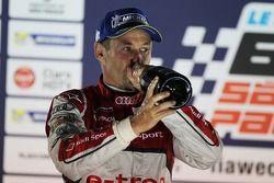 Tom Kristensen, Audi Sport Team Joest, Audi R18 e-tron quattro, viert zijn 2e plaats op het podium