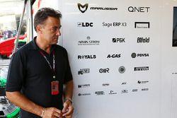 Jean Alesi, fora da garagem da Marussia F1 Team