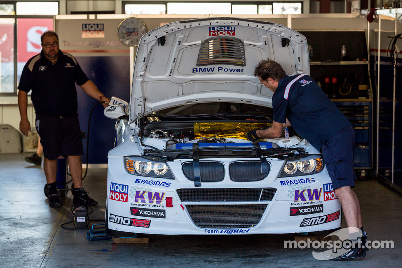 BMW 320 TC in de pits