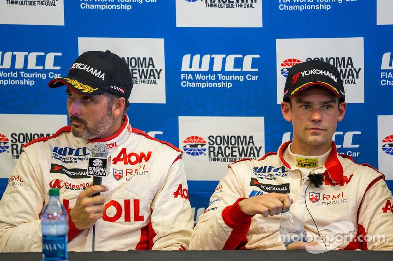 Yvan Muller en Tom Chilton bespreken Tom's eerste pole position na de kwalificatie