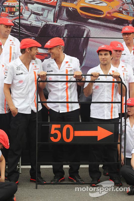 (Da esquerda para direita): Jenson Button, McLaren; Martin Whitmarsh, chefe executivo da McLaren; e Sergio Perez, McLaren, comemoram os  50 anos da McLaren como construtora