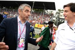 (Izq. A Der.): El actor Rowan Atkinson con Toto Wolff, accionista y director ejecutivo de Mercedes A