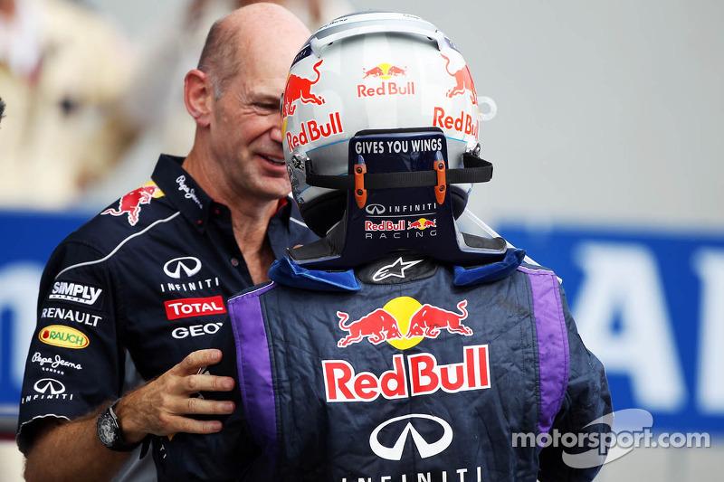 (L naar R): Adrian Newey, Red Bull Racing Chief Technical Officer viert de zege met winnaar Sebastian Vettel, Red Bull Racing in parc ferme