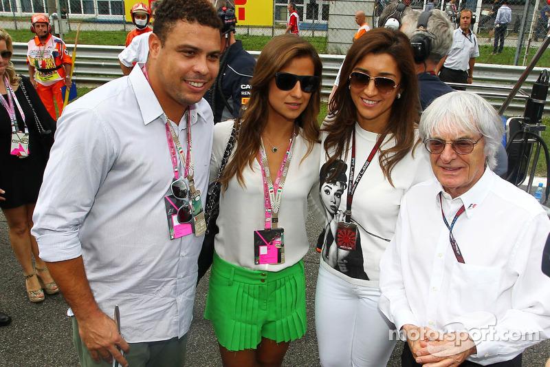 Bernie Ecclestone, CEO Formula One Group, met verloofde Fabiana Flosi, en Ronaldo, op de grid