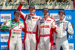 1er Tom Chilton, 2e Tiago Monteiro, 3e Yvan Muller avec Alex MacDowall