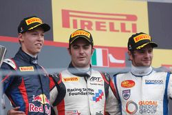 O vencedor Jack Harvey, segundo colocado Daniil Kvyat, terceiro colocado Lewis Williamson