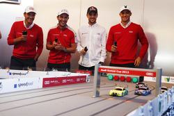 Timo Scheider, Mike Rockenfeller, Jamie Green y Edoardo Mortara en la carrera de autos modelo (slot
