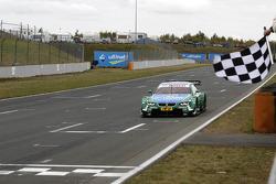 Bandera a cuadros para Augusto Farfus, BMW Team RBM BMW M3 DTM