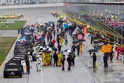 De wagens staan in de pits als het begint te regenen
