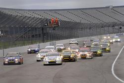 Jason Plato voor de start van Race 1