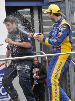 Andrew Jordan spuit met champagne