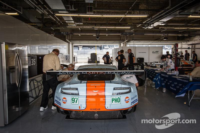 #97 Aston Martin Racing Aston Martin Vantage V8 bij de technische keuring