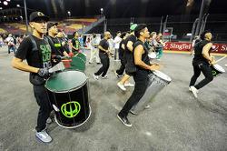 Een drumband speelt op het circuit