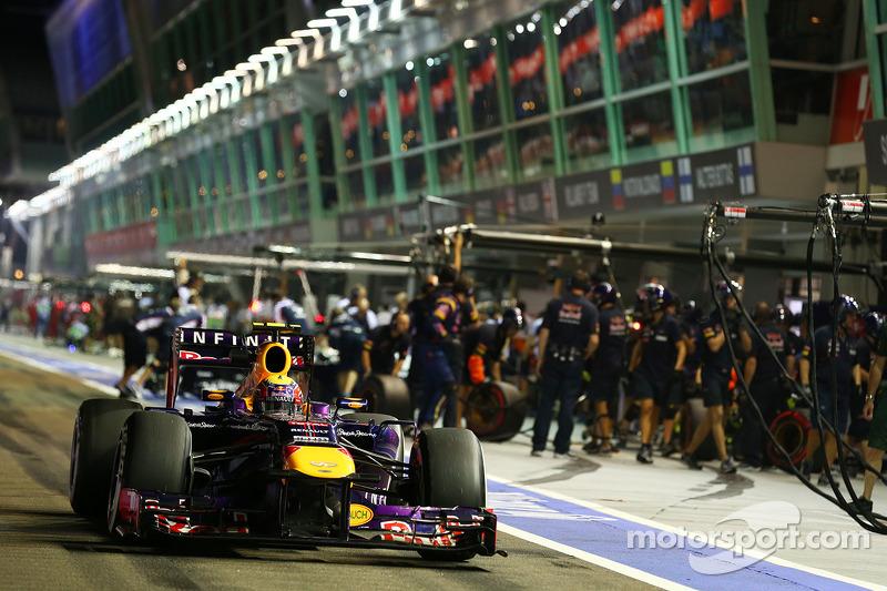 В Red Bull попробовали переиграть соперников за счет более раннего первого пит-стопа Уэббера, но план не сработал: после первых остановок пятерка лидеров осталась прежней