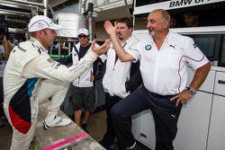 GT pole Joey Hand celebra com Bobby Rahal