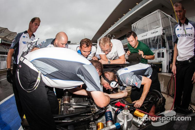 BAR 1 Motorsports teamleden aan het werk
