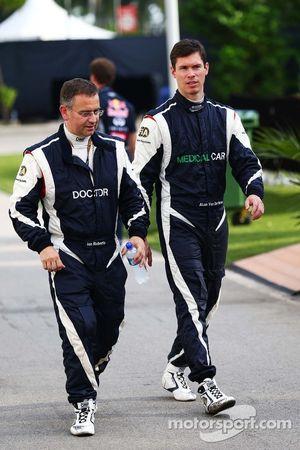 Dr Ian Roberts, doctor de la FIA con Alan Van Der Merwe, conductor de auto médico de FIA