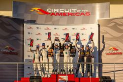GT pódio: vencedores da classe: Jan Magnussen e Antonio Garcia, segunda posição Jonathan Bomarito e